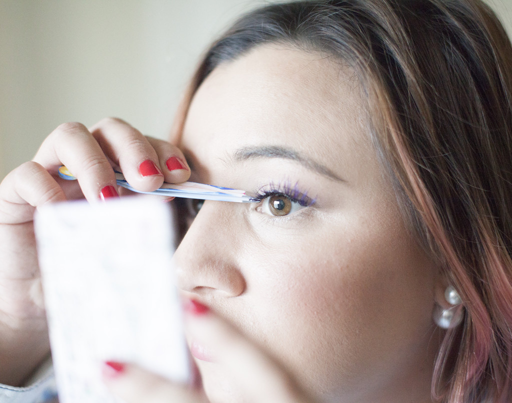 Use-Tweezers-To-Put-On-Strip-Lashes-In-The-Inner-Corners-Of-Your-Eyes
